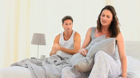 argumento : Woman disputing her husband in the bedroom