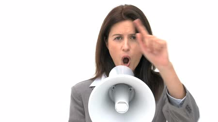кричать : Woman shouting through megaphone isolated on a white background