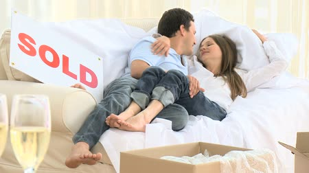 guy home : Young couple celebrating their removal with champagne Stock Footage
