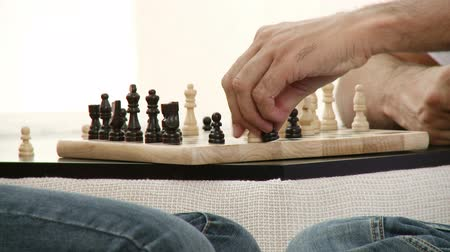 xadrez : Close-up of two people playing chess at home. Footage in high definition