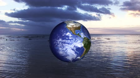 rinnovabili : 3d Globe Spinning on the Ocean Filmati Stock
