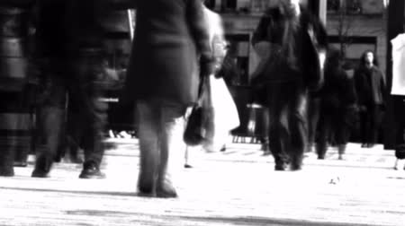 indaffarato : Video Stock Footage di una folla di persone che camminano in una città