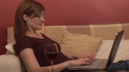 munka : Stock Footage of a Woman Relaxing with Computer