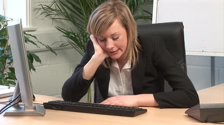 unott : Stock Video Footage of a Businesswoman Bored in the office Presentation Stock mozgókép