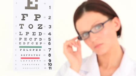 okulista : Female ophthalmologist posing against a white background Wideo