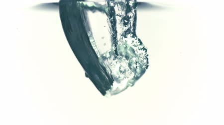 fundo branco : Ice cube falling into water in slowmotion filmed at 1000fps