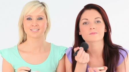 kartáč : Cute women applying make-up in a studio
