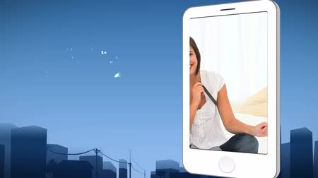 érintőképernyő : Smartphone showing a woman filing her nails against an urban background