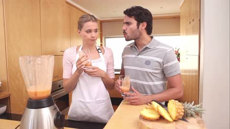 kötény : Couple drinking smoothies in a kitchen