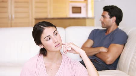 argumento : Young woman trying to talk with her boyfriend in the living room