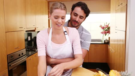 kötény : Couple standing upright together in the kitchen