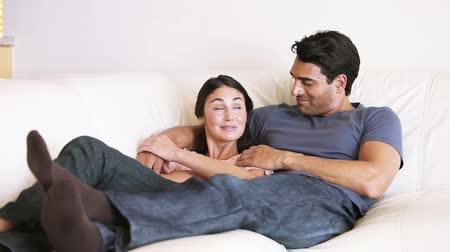 kipiheni magát : Couple lying on the sofa in their living room