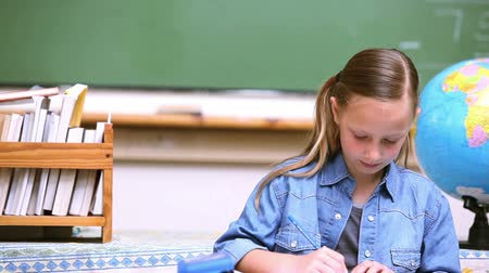 uczenie się : Blonde girl drawing in the classroom