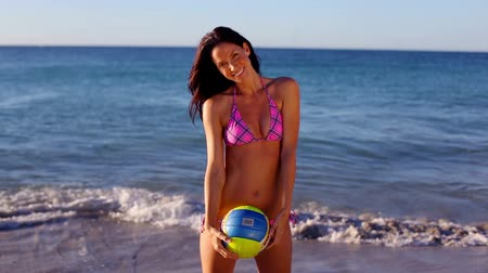 voleibol : Smiling woman playing volleyball on the beach Vídeos