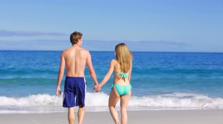 transportar : Happy man holding his girlfriend on the beach Stock Footage