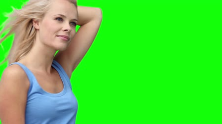 estilo de vida : Blonde woman dancing energetically against a green background Vídeos