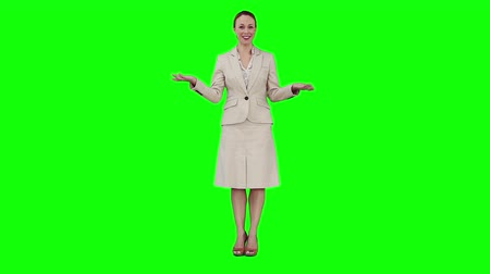 beszéd : A woman is giving a speech against a green background