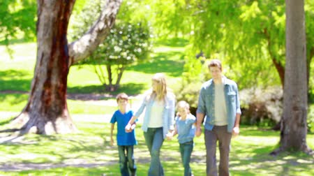 estilo de vida : Family walking together in a park