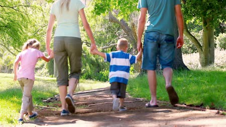 estilo de vida saudável : Young family walking in a park