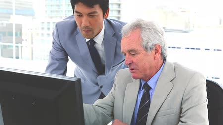 biznesmeni : Japanese businessman working with his boss in a office