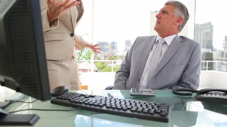 argumento : Boss giving out to an employee in an office Vídeos