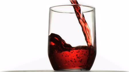 sürekli : Red soda  in super slow motion flowing in a glass against a white background