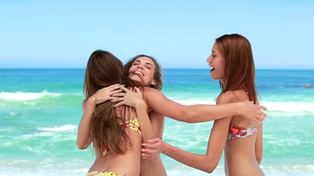 opálený : Three girl friends meet at the beach and have fun