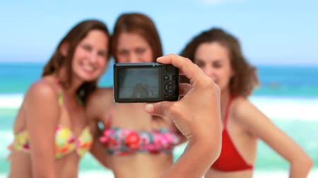 alma : Women posing for a photo on the beach with the camera in the foreground Stok Video