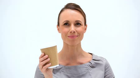 xícara de café : Brunette woman holding a cup of coffee against a white background Stock Footage
