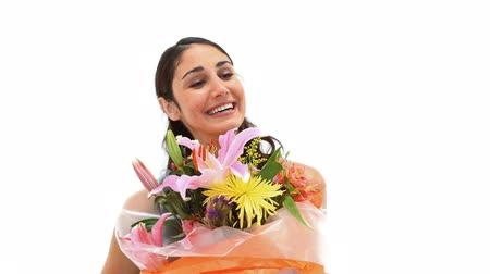 receber : Happy woman receiving a bunch of flowers against a white background