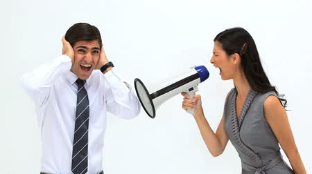 řvát : Woman shouting in a megaphone against a white background Dostupné videozáznamy