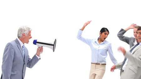megafon : Boss giving out to his employees with a megaphone against a white background Dostupné videozáznamy