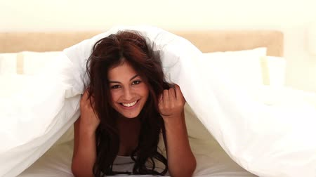 gizleme : Happy woman hiding her face in her bedroom Stok Video