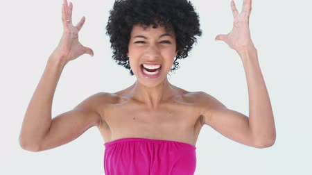 gritante : Woman with frizzy hair shouting against white background