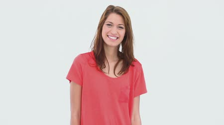 vöröshajú : Smiling brunette haired woman standing against white background