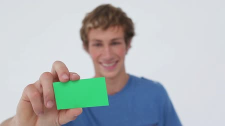 wizytówka : Happy young man showing a business card against a white background