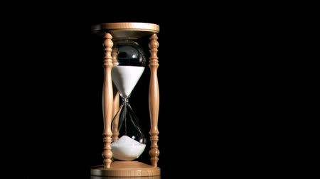 ampulheta : Old hourglass in super slow motion against a black background Stock Footage