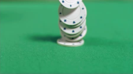 покер : Poker chips falling in super slow motion on a green table