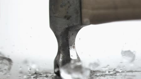 молоток : Old hammer in super slow motion breaking an ice cube against a white background