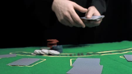 покер : Man dealing the cards in slow motion on a gambling table Стоковые видеозаписи