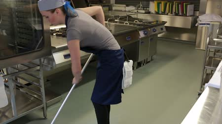 kötény : Cleaner cleaning the kitchen and wiping the floor with a mop