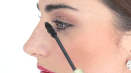 brincos : makeup artist applying mascara up on womans eyes Stock Footage