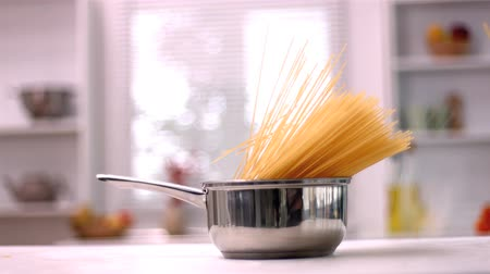 macarrão : Spaghetti falling in saucepan in kitchen in slow motion