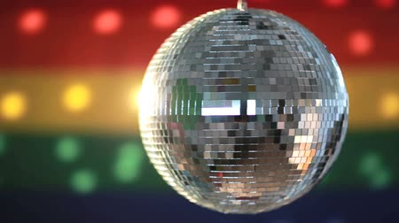 homo : Disco bal draaien tegen gay pride vlag video Stockvideo