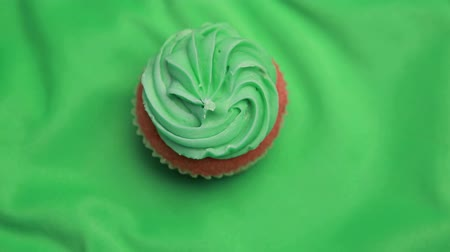 jegesedés : St patricks day cupcake revolving on green surface