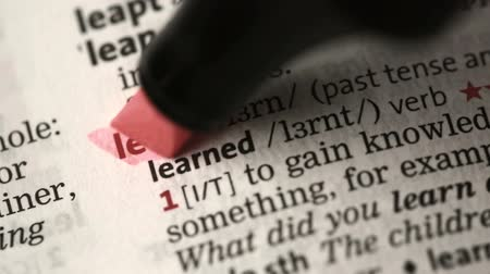 подчеркнул : Definition of learn highlighted in the dictionary Стоковые видеозаписи