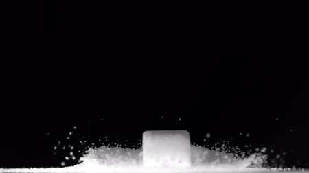 диабет : Sugar cube falling on pile of sugar in slow motion