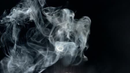 fumo : Puff of smoke in slow motion