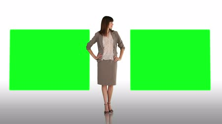 zöld : Animation of a smiling businesswoman making a presentation with two screens then zooming out to twelve screens