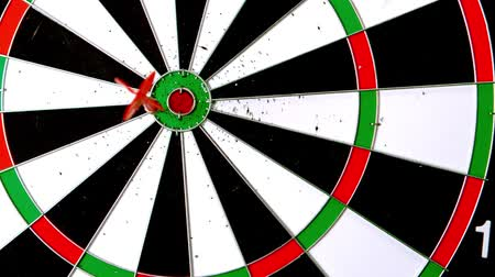 цель : Dart hitting the board in slow motion